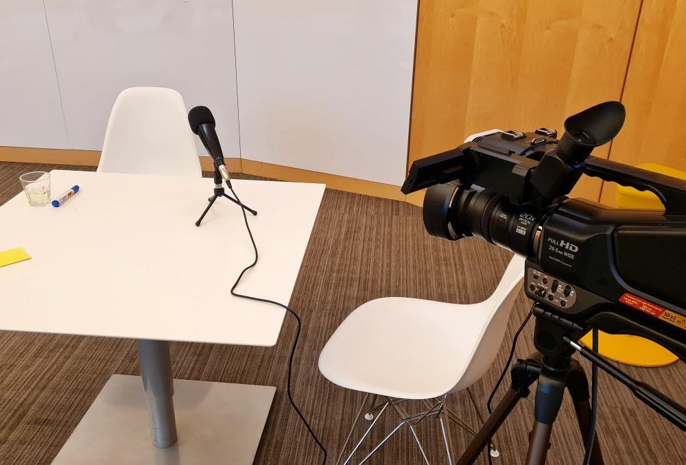 Mediatraining locatie camera en microfoon tafel